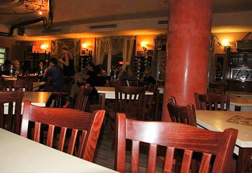 Вкусно предложение за паста с пушена сьомга и каперси с чаша вино или италианска бисквитена торта в ресторант Клуб на актьора! - Снимка 3