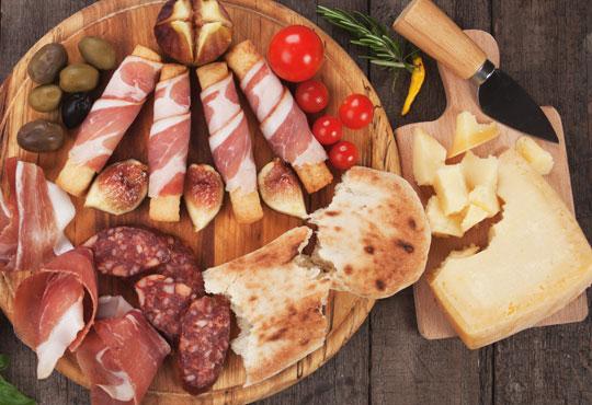 За любителите на изисканите ястия! Плато микс - сирена, месни деликатеси, хрупкави брускети и напитка по избор от ресторант Клуб на актьора!