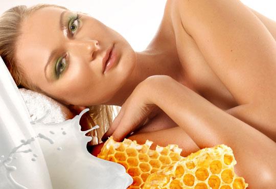 75-минутна хидратираща процедура за цялото тяло със златен масажен гел Мед и мляко в център за здраве и красота Мотив