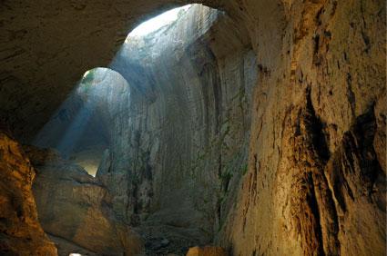 Чували ли сте за пещера Проходна с уникалния феномен Очите на Бога? Разгледайте за един ден с транспорт и водач от Глобул Турс!