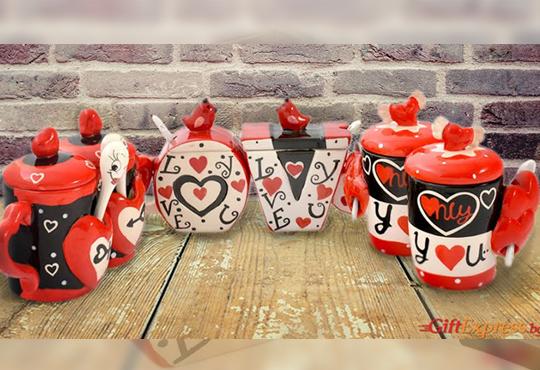 Засвидетелствайте Вашата любов! Подарете комплект от 2 броя керамични чаши с капаче и лъжичка - Love от Gift Express!
