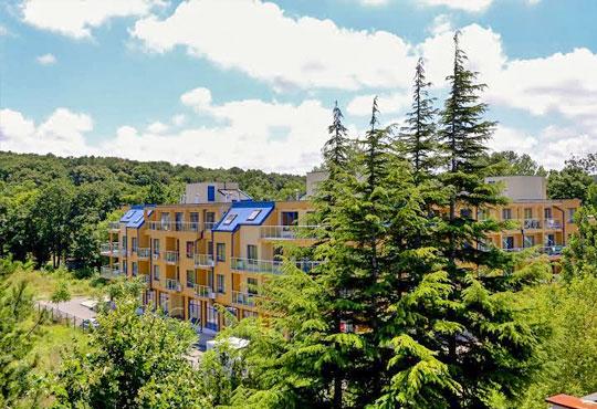 Почивка в разгара на лятото в хотел Спорт Палас, Приморско - 1 нощувка за до трима със закуска, обяд и вечеря!