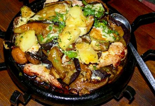 Сач Караджата, с пилешко, свинско, кълцана наденица, зеленчуци, кашкавал, 0.650 г. и 2 шопски салати от ресторант механа Караджата!