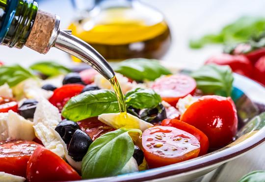 Насладете се на салата и основно ястие по избор от богатото меню на ресторант Latte във Варна!