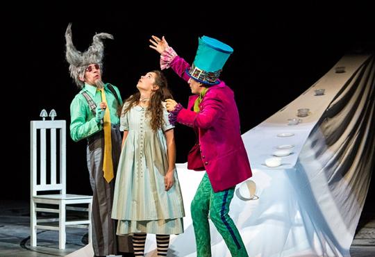 Каним Ви на театър с децата! Гледайте Алиса в страната на чудесата на 21.01. от 11 ч. в Младежки театър!