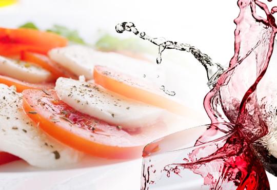Здравословно и вкусно с аромат на Италия! Салата Капрезе и чаша бяло или червено вино по избор, ресторант Клуб на актьора!