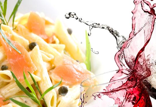 Вкусно предложение за паста с пушена сьомга, каперси и пармезан и чаша бяло или червено вино по избор в ресторант Клуб на актьора!