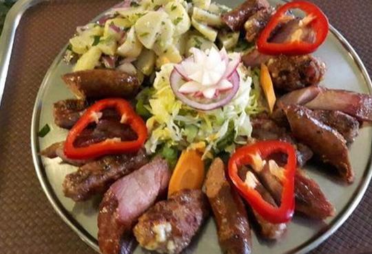 Комбинирано плато за компания свинска вешалица, сръбска наденица, ущипци от кайма, кебапчета и салати от ресторант При Миро
