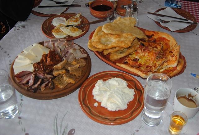 На вечерен купон за 8-ми март в Пирот, Сърбия, с Дениз Травел! Транспорт, празнична вечеря с жива музика, богато меню и неограничени напитки! - Снимка 6
