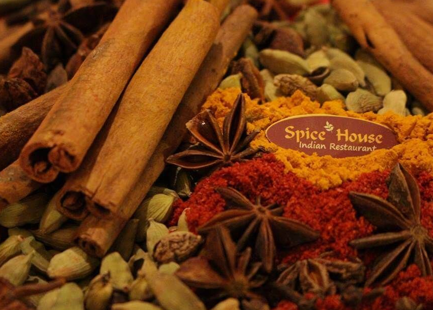 Салата и основно ястие по избор от цялото меню, чаша вино, традиционен индийски хляб и кана вода в индийски ресторант Spice House! - Снимка 3