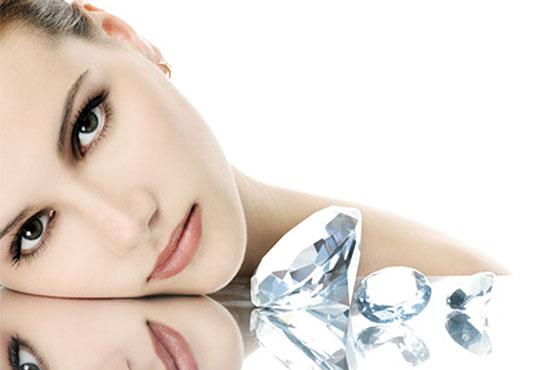Диамантено микродермабразио, пилинг с перли и влагане на ампула според нужите на кожата чрез ултразвук в салон за красота Cuatro! - Снимка