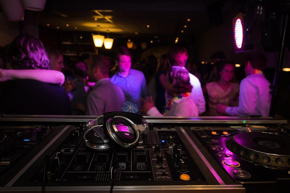 За Вашето Новогодишно, фирмено или частно парти, рожден ден, сватбено тържество, нощно/дневно заведение или абсолвентски бал предлагаме: цялостно озвучаване от DJ с апаратура, възможност за професионален фотограф и перкунсионист! - Снимка 2