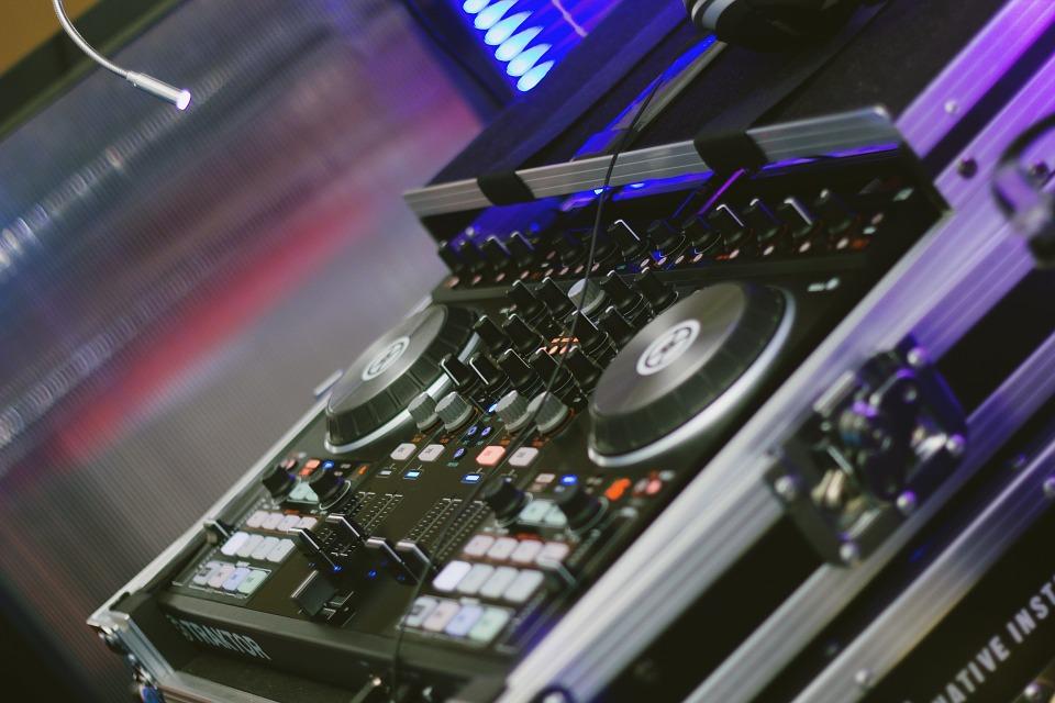 За Вашето Новогодишно, фирмено или частно парти, рожден ден, сватбено тържество, нощно/дневно заведение или абсолвентски бал предлагаме: цялостно озвучаване от DJ с апаратура, възможност за професионален фотограф и перкунсионист! - Снимка