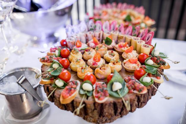 120 броя тарталети с риба тон, хапки с прошуто и сирена и палачинкови рулца с шоколад от Густос Кетъринг! - Снимка